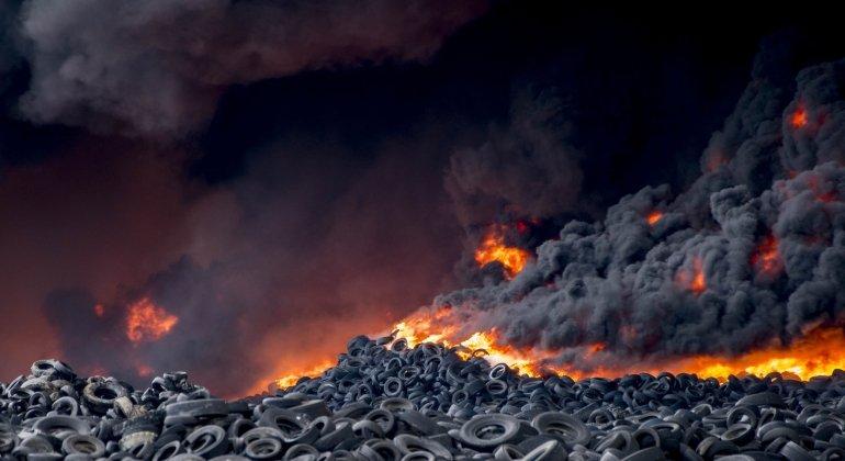 El cementerio de neumáyicos de Seseña, el incendio, el humo y las culpas