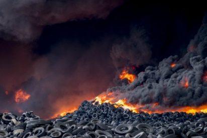 El incendio del cementerio de neumáticos de Seseña ya está controlado y se extinguirá en tres días