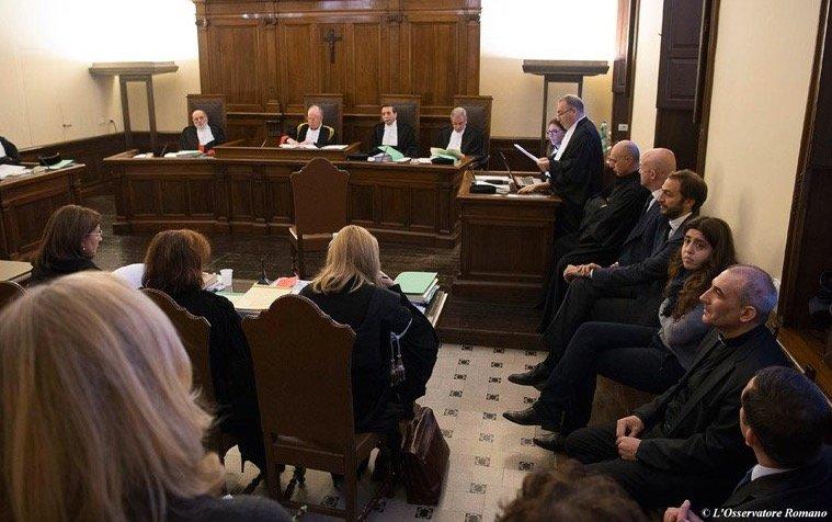"""El """"kafkiano"""" proceso del Vaticano contra dos periodistas por publicar documentación reservada"""