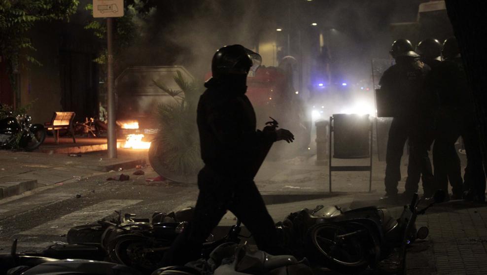 Los okupas de Barcelona corren a palos a los Mossos y vuelven a tomar el 'Banco Expropiado'