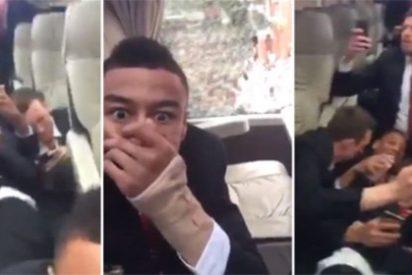 Apedrean el autocar del United y sus jugadores van...¡y se tronchan de risa!