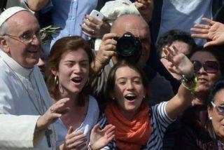 El Papa abre la puerta a que las mujeres puedan bautizar y oficiar matrimonios