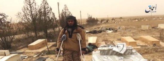[VÍDEO] El macabro paseo del yihadista en muletas por un cementerio cristiano
