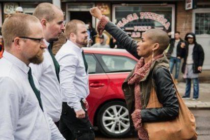 La rapada mujer negra que se enfrenta a 300 furiosos neonazis puño en alto