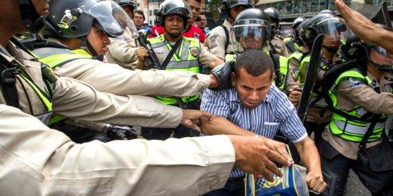 [VÍDEOS] Las hostias sin pan de la cruel policía chavista a los hartos opositores