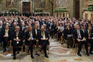 """Francisco 'secuestra' en el Vaticano a los líderes europeos hasta que pongan fin a la """"vergüenza"""" de los refugiados"""