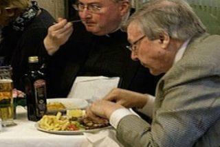 """Pillan al cardenal Pell sucumbiendo a """"la tentación de la carne"""""""