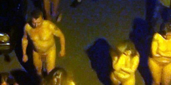 Las 11 prostitutas y sus clientes paseando desnudos por la calle