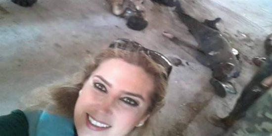 La 'selfie' de la sonriente periodista siria rodeada de cadáveres en Aleppo