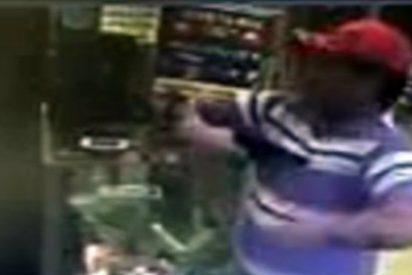 VÍDEO / El tipo de la tienda que se dispara en pleno corazón por puro capricho