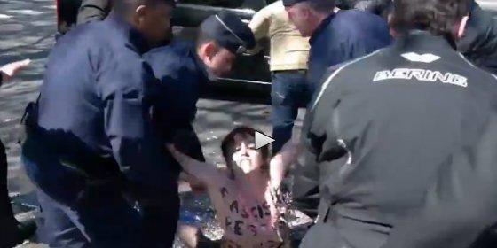 Las activistas de Femen intentado reventar un acto de Marine Le Pen tetas en bandolera