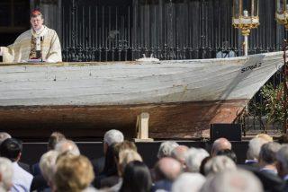 El cardenal Woelki convierte una barcaza de refugiados en un altar en el Corpus