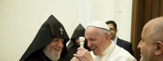 Regalan al Papa su retrato en una pieza de ámbar de un milímetro