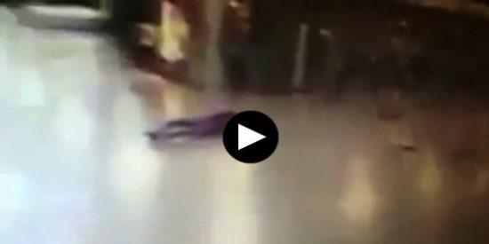 Así se vuela en pedazos un terrorista de la masacre del aeropuerto Atatürk