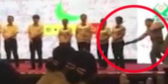 [VÍDEO] Así le parte el jefe el culo a sus empleados con un palo... ¡por vagos e inútiles!