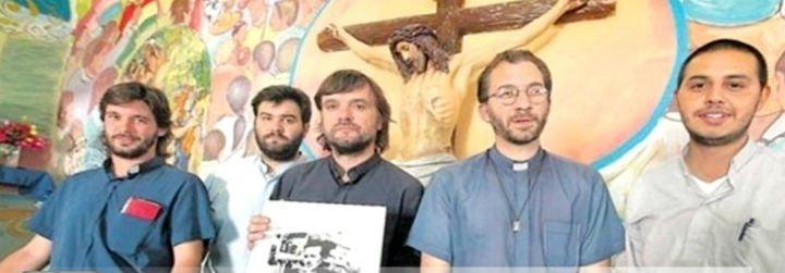 """Curas villeros y la organización Generación Francisco denuncian una """"brutal campaña"""" contra el Papa"""