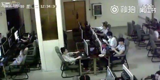 Así muere electrocutado un joven en el cibercafé por culpa del móvil