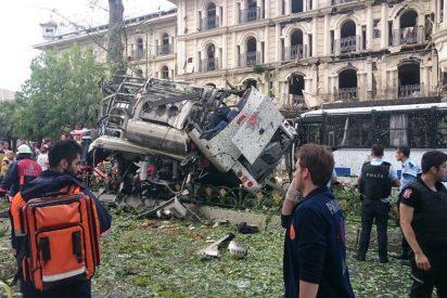 Los terroristas matan a once explosionando un coche bomba contra un autobús policial de Estambul