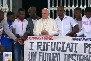 """El Papa se rodea de refugiados y proclama: """"¡Son nuestros hermanos!"""""""