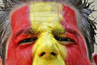 Los 15 'antifascistas' lo muelen a palos por llevar una bandera de España en la manga
