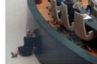 ¿Qué hacía Esperanza Aguirre tirada por los suelos en el Pleno Municipal? Te contamos la explicación