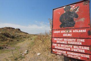 """Francisco llega a Armenia """"como siervo del Evangelio y mensajero de paz"""""""
