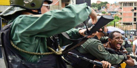 [VÍDEO] Con esta mala leche mata la policía chavista al joven hambriento que protesta