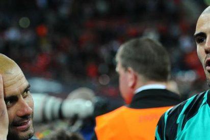 Guardiola le echa una mano a Víctor Valdés por los viejos tiempos