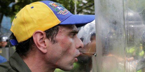 Los apestosos gases de la policía chavista asfixiando a los opositores