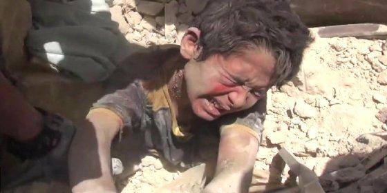 [VÍDEO] El dramático rescate del niño sepultado tras un ataque aéreo en Alepo