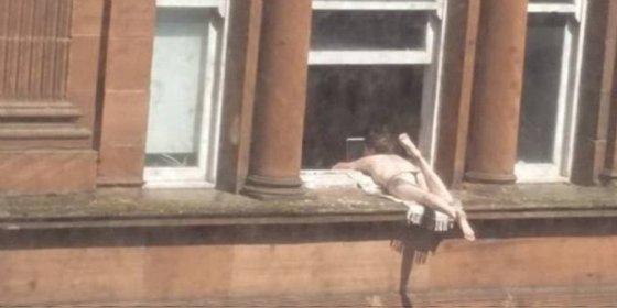 La chalada que toma el sol en topless jugándose el tipo en una cornisa