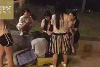 [VÍDEO] Los transeúntes rescatan a una mujer desnuda que fue violada ... ¡dentro de una maleta!