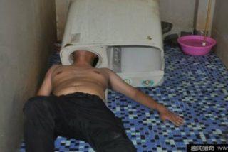 [VÍDEO] El cotilla al que se le queda la cabeza atrapada en una lavadora
