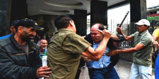 Así descalabran las hordas chavistas a los diputados opositores en Venezuela: ¡con tubos de hierro!