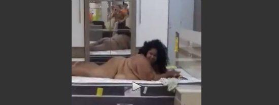 [VÍDEO] La lujuriosa oronda que prueba desnuda una cama antes de comprarla