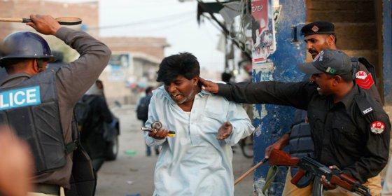 Una banda de musulmanes tortura a un vendedor de helados cristiano