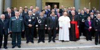 """El Papa insta a jueces y fiscales a ser libres y rechazar la """"telaraña"""" de la corrupción"""