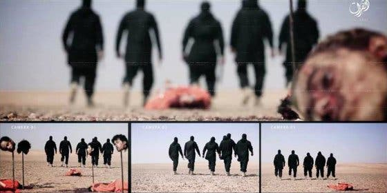 Con esta chulería decapita el ISIS a 5 reclutas... y clava sus cabezas en estacas