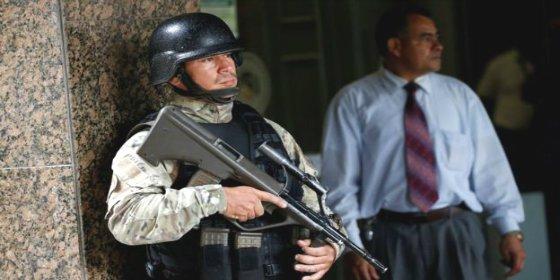 Un hombre entra disparando como un loco en el Banco Central de Venezuela
