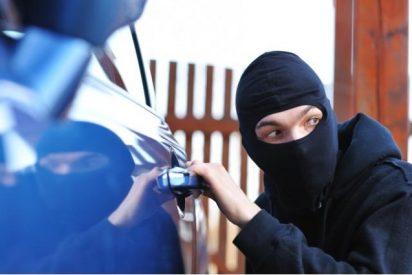 ¿Sabes cuál es el truco que usan ahora los ladrones para robarte lo que hay en tu coche en un pis-pas?