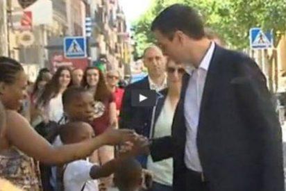 [VÍDEO] El 'apretón' de Pedro Sánchez tras su 'higiénico' saludo a una familia de raza negra