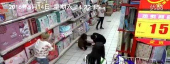 [VÍDEO] La poseída por el demonio que hace temblar un supermercado