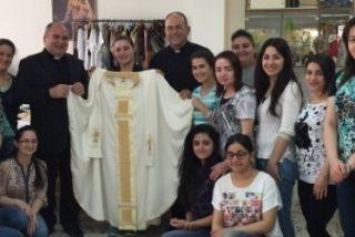 El Papa vestirá en Cracovia una casulla cosida por jóvenes refugiadas iraquíes