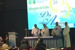 Mensajeros de la Paz celebra el 'Día de los abuelos' con 700 mayores en el Palacio de Congresos de Cádiz