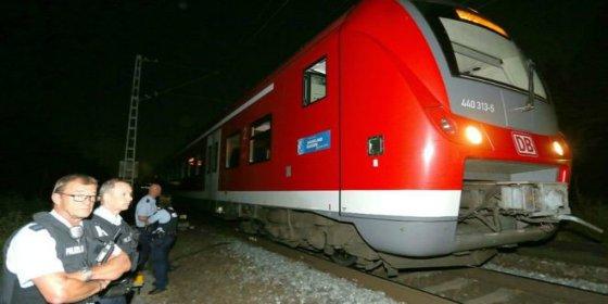 """El refugiado afgano ataca con un hacha a los pasajeros del tren alemán: """"¡Alá es grande!"""""""