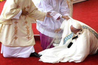 El tropezón del Papa durante la misa en Czestochowa