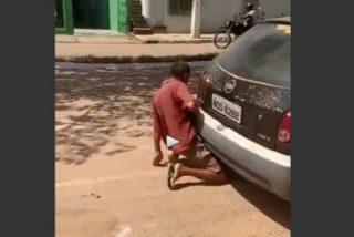 [VÍDEO] Pillado fornicando con el tubo de escape de un birrioso coche
