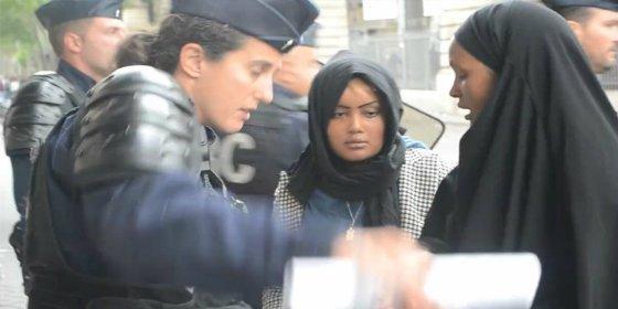[VÍDEO] El policía francés golpea a una refugiada tras desmantelar su campamento