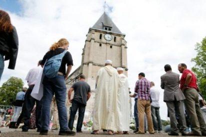 Musulmanes y cristianos rezan juntos en el lugar donde fue asesinado Jacques Hamel