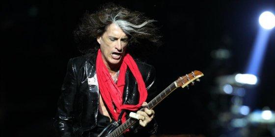 [VÍDEO] El guitarrista de Aerosmith se desmaya en pleno concierto